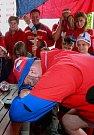 Mistrovství světa v hokeji, čtvrtfinálové utkání mezi Českem a USA.Fanoušci při sledování hokeje v Řepišti.Smutek