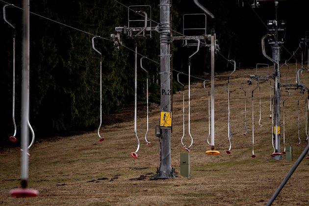 Ve ski areálu Zlatník trvala zimní sezóna pouze devatenáct dní než kompletně roztál sníh, 26.února 2020vKrásném.