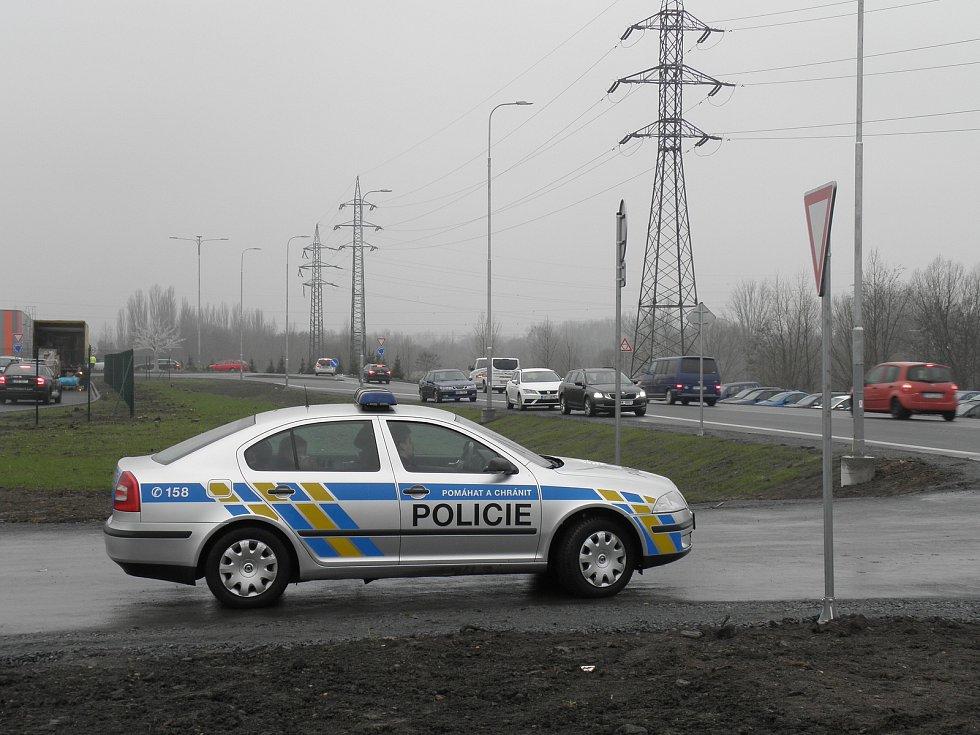 Situaci ve frekventované Hlučínské ulici v prvních dnech otevření outletového centra kontrolovali strážníci i policisté. Ilustrační foto.