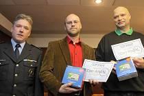 Držiteli prvních dvou titulů Český pitaval jsou Tomáš Bartoš (uprostřed) a Lubomír Holingr (vpravo). Na snímku s ředitelem ostravské policie Tomášem Landsfeldem