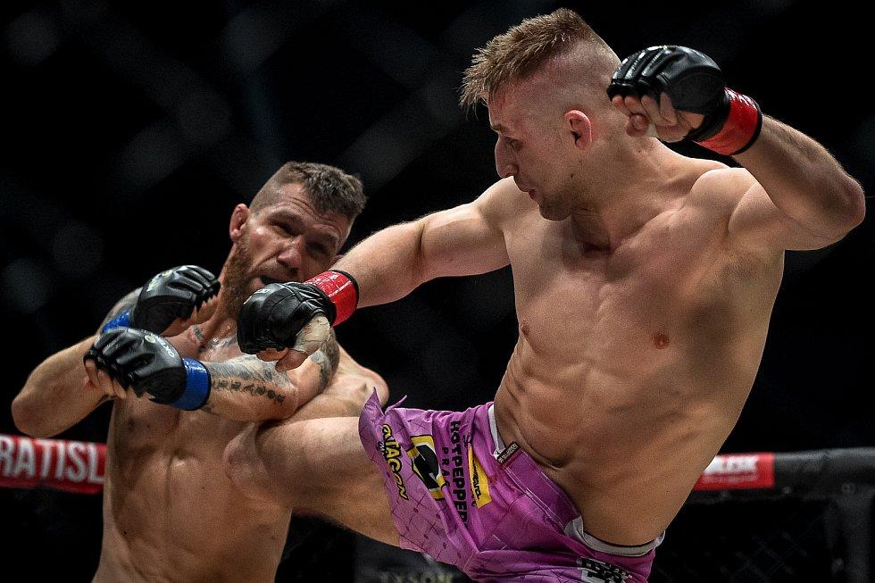 MMA Octagon 11 v Ostravar aréně, 16. března 2019 v Ostravě. Na snímku (v červeném) David Kozma proti Samuel Krištofič.