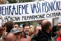 Demonstrace na Jiráskově náměstí v centru Ostravy proti snižování platů státním zaměstancům.