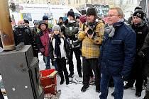 V Ostravě na Masarykově náměstí ve čtvrtek odstartovala informační kampaň ministerstva životního prostředí Dýcháme to, čím topíme. Jejím cílem je přimět lidi, aby přestali spalovat v domácích kotlích odpadky.