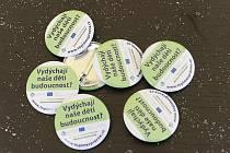Cílem informační kampaně ministerstva životního prostředí Dýcháme to, čím topíme je přimět lidi, aby přestali spalovat v domácích kotlích odpadky.