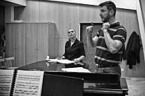 Na snímku ze zkoušek opery Sergeje Prokofjeva Ohnivý anděl Iordanka Derilova (Renata) a Ulf Paulsen (Ruprecht).
