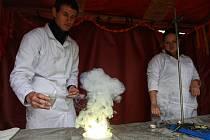 Mladí chemici ukazují žákům základních škol a studentům středních škol své pokusy a experimenty, které se během školního roku naučili.