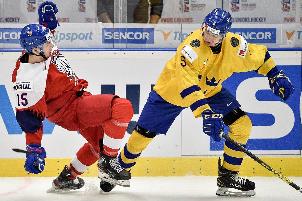 Mistrovství světa hokejistů do 20 let, čtvrtfinále: ČR - Švédsko, 2. ledna 2020 v Ostravě. Na snímku (zleva) Ondrej Pavel a Philip Broberg.