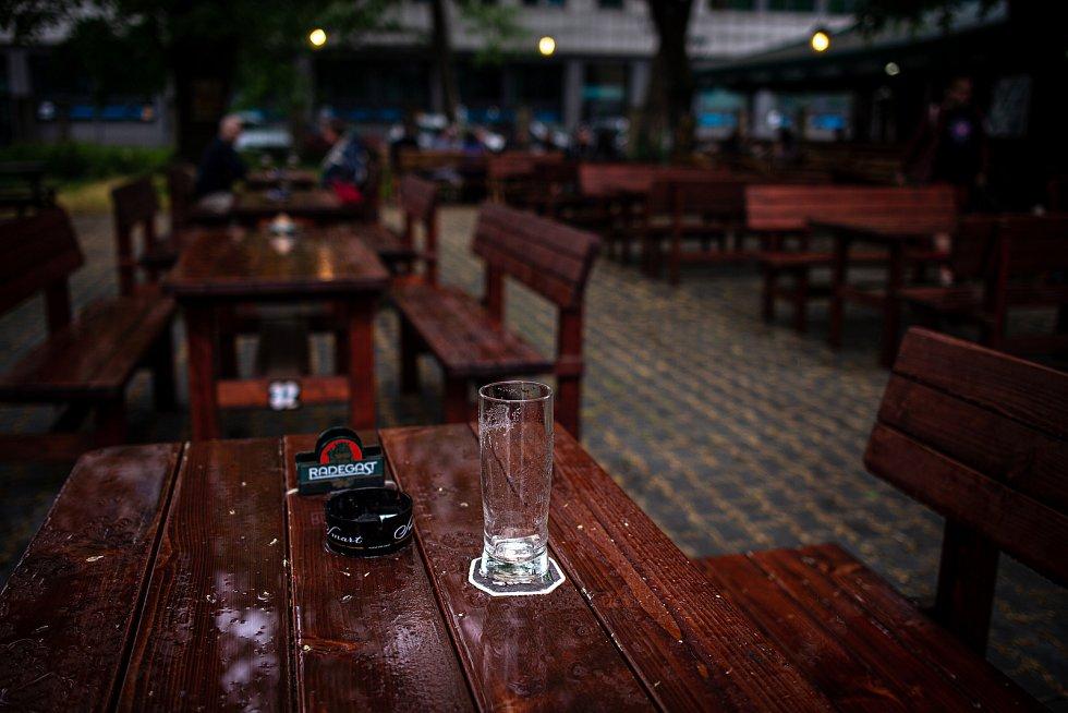 Znovuotevřená zahrádka restaurace Restaurace Spolek, 11. května 2020 v Ostravě.