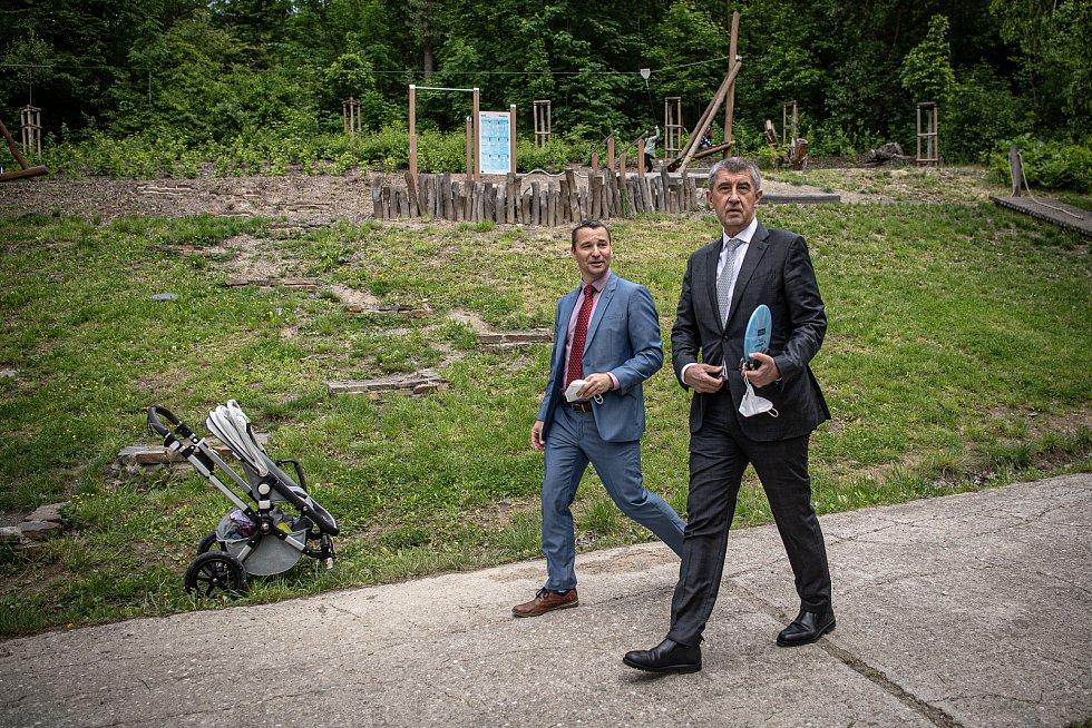 Předseda vlády České republiky Andrej Babiš (vpravo) si prohlédl KouPark, 1. června 2021 v Ostrava-Radvanicích. Doprovodil ho starosta Radvanic Aleš Boháč (vlevo).