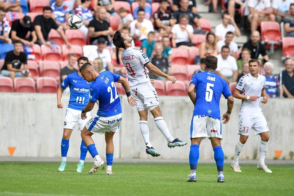 Přátelské utkání Górnik Zabrze - FC Baník Ostrava, 17. července 2021 v Zabrze (PL). Filip Kaloč z Ostravy a Jesus Jimenez z Grónsku.