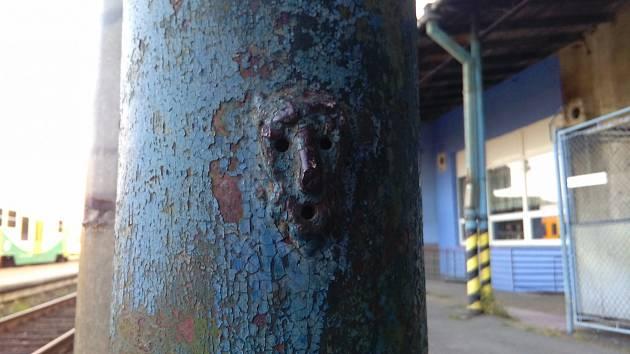 Sloupy s lidskými tvářemi jsou atrakcí krnovského nádraží. Parafráze Výkřiku se zjevila náhodou. Jde o dílo neznámého posunovače.
