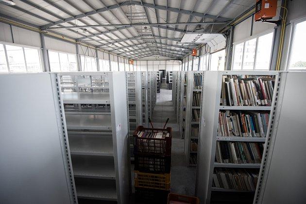 Většinu knižního fondu má MSVK rozmístěnou po čtyřech skladech ve městě. Na snímku stěhování knih do nového skladu vOstravě-Kunčičkách vsrpnu 2017..
