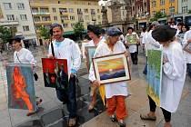 Průvod malířů v centru Ostravy. První mobilní výstavu uspořádalo v roce 2006 sdružení Viridian jako první tohoto typu na světě. Ilustrační foto.