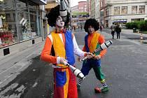 Průvod, ve kterém nechyběli žongléři, klauni či lidé na jednokolkách, zahájil ve čtvrtek třetí ročník festivalu Kajdeš.