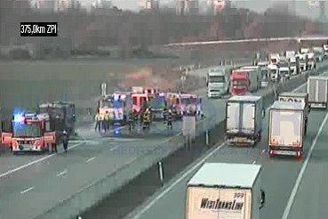Zásah hasičů upožáru autobusu na D1 za Bohumínem.