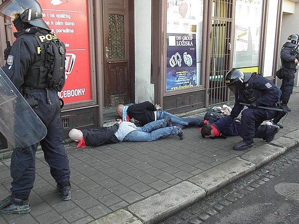Zásah ostravských policistů proti brněnským rowdies.