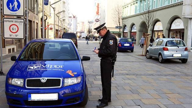 Vjezd automobilů do pěší zóny v centru města znemožní od pátku výsuvné sloupky. Sloupky budou vysunuté vždy od 10 do 18 hodin. Těm, kteří na vjezd mají nárok, v tu dobu umožní vjezd městští strážníci.