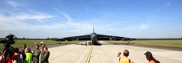 Návštěvníci letošních Dnů NATO opět po třech letech uvidí legendární americký bombardér B-52H Stratofortress. Ten do Ostravy přiletěl ve čtvrtek krátce před polednem.