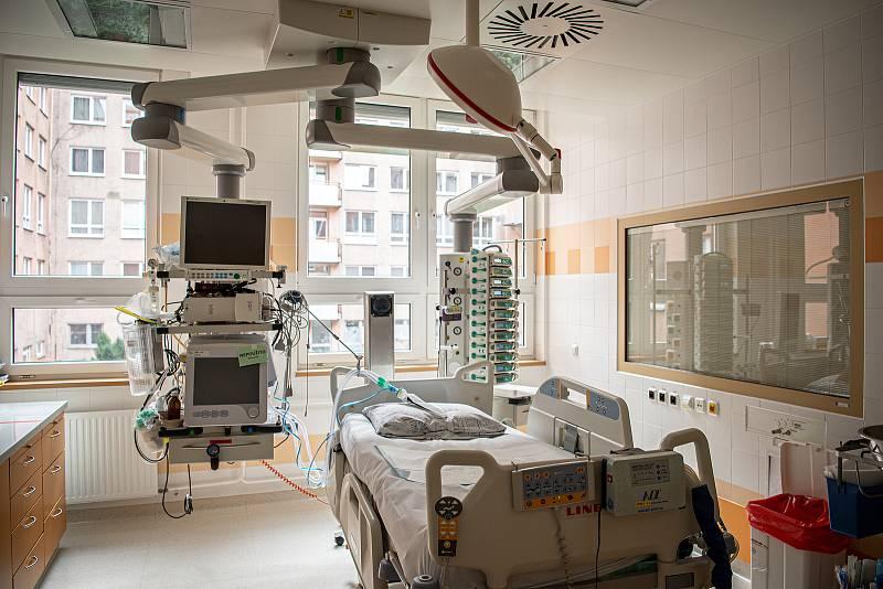 Oddělení resuscitační a intenzivní medicíny (ORIM 3) ve Fakultní nemocnic Ostrava (FNO), 7. října 2020 v Ostravě. Oddělení ORIM 3 je vyhrazeno pro pacienty s onemocnění koronavirem (COVID-19). Volný pokoj pro nové pacienty s nákazou.