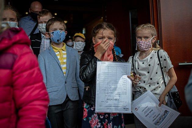 Poslední školní den a rozdání vysvědčení na základní škola Ostrčilova vOstravě. Žáci ZŠ musí mít povinně roušky při vstupu do budovy školy, jako opatření kšíření koronavirového onemocnění COVID-19.