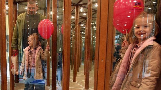 Zrcadlový labyrint přilákal do obchodního centra Shopping park spoustu lidí. Pobavily se jak děti, tak i dospělí.