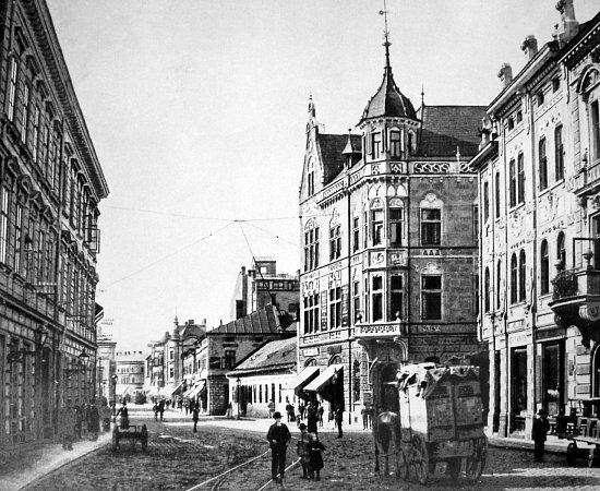 Secesní budova nedaleko dnešního Sýkorova mostu byla sídlem moravskoostravské spořitelny vletech 1900až 1930.Poté se přestěhovala do nové budovy.