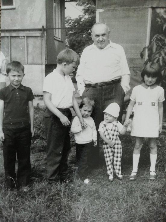 Tatínek Květoslavy Blahutové s vnoučaty.