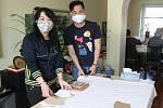 ŠITÍ ochranných roušek u předsedy vietnamského spolku v Ostravě-Kunčicích.