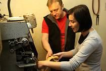 Redaktorka Deníku si v dílně ostravského obuvníka Martina Gnebuse vyzkoušela opravit podpatky na dámských lodičkách.