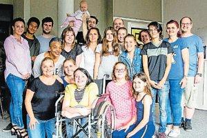 Sbor Family Gospel Ostrava s vozíčkářkou Petrou (uprostřed) a její pedagogickou asistentkou (první zleva).