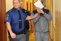 Policejní eskorta přivádí Stanislava Drobného k soudu.