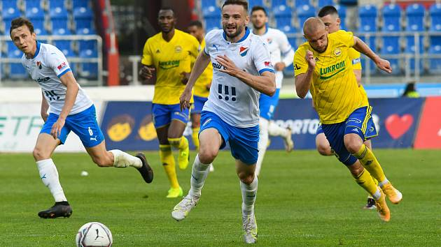 Fotbalisté Zlína (žluté dresy) se v neděli představí v Ostravě, kde vyzvou domácí Baník.