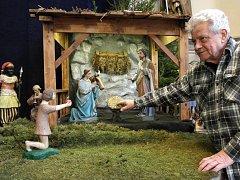 """OSTRAVSKÁ TRADICE. """"Proč mít Ježíška v jesličkách teď, když se narodí až na Štědrý den?"""" říká František Urban."""