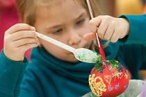 Školní jídelna při Základní škole Ivana Sekaniny v sobotu odpoledne ožila desítkami dětí a rodičů. Ti se tady každoročně scházejí, aby si vyrobili baňky na vánoční stromeček.