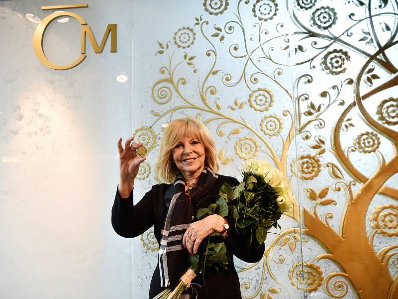 Zpěvačka a mnohonásobná zlatá slavice Hana Zagorová pokřtila zlatou a stříbrnou medaili se svým portrétem. Jablonecká Česká mincovna tak vzdala hold všem, kteří se v prestižní anketě Zlatý slavík umístili.