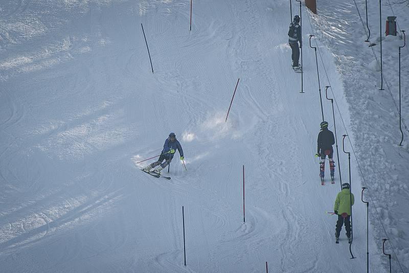 I přes vládní nařízení ski areál Vaňkův kopec spustil provoz vleku, 31. ledna 2021 v Horní Lhotě.
