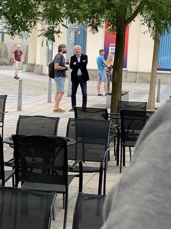 Lidé se v pondělí v 17 hodin sešli v centru Ostravy na protestní akci, aby dali najevo svou nevoli s protikoronavirovými opatřenámi, která minulý týden vyhlásili hygienici v celém Moravskoslezském kraji.