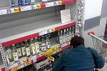 Regály se zbožím v akci bývají v Kauflandu nezřídka prázdné