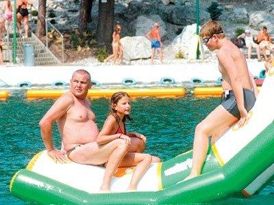 Horké letní dny letošního léta přivádějí denně na všechna koupaliště v Ostravě tisíce lidí. Porubské koupaliště v těchto dnech doslova praská ve švech.