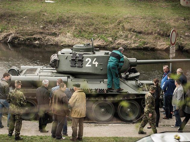 Nácvik jízdy tanku T-34, který bude hlavním lákadlem rekonstrukcí bojů u Sýkorova mostu v rámci sedmdesátých oslav osvobození.