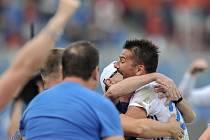 KAUZA BAROŠ. Od soboty fotbaloví příznivci v Česku sledují reakce sparťanů, kterým se nepozdávala hra kapitána Baníku Milana Baroše. Ten v 86. minutě rozhodl o vítězství 3:2. Po šlágru 26. kola takhle slavil zisk tří bodů s trenérem Bohumilem Páníkem.