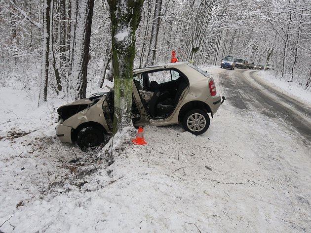 Snímek ze zásahu unehody mezi obcemi Velká Polom na Ostravsku a Háj ve Slezsku na Opavsku. Vautě zůstal vážně zraněný muž.