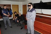 Dva z obžalovaných jsou stíháni na svobodě, třetí je nyní ve vězení, kde si odpykává dřívější trest.