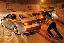 Velké problémy působil sníh řidičům městské hromadné dopravy i v prudkém stoupání u stadionu Baníku na Bazalech ve Slezské Ostravě.