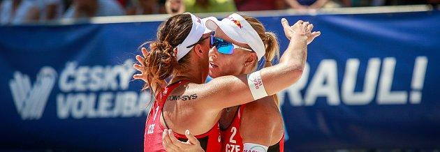 Turnaj Světové série Ostrava Beach Open, 21.června 2018, na snímku vlevo Barbora Hermanová, vpravo Markéta Sluková