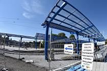 Dopravním uzlem na Hranečníku už projíždějí tramvaje. Trolejbusy by tudy měly začít jezdit až v únoru příštího roku. Kolaudace terminálu je naplánována na začátek roku 2016.