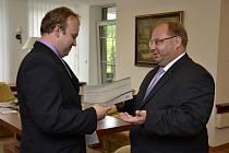 Řidič autobusu Lukáš Poruba, který odevzdal nalezenou tašku s 280 tisíci korunami, převzal od hejtmana šek na deset tisíc.