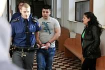 Matka se dvěma syny podle žaloby vytvořili nebezpečný loupežnický trojlístek. David Bandy, Miroslav Bandy a Šárka Bandyová z Karvinska stanuli před soudem v Ostravě.
