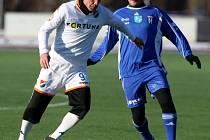 V zápase se představila spousta legend ostravského fotbalu. Václav Daněk (v souboji s Karlem Orlem) se ale střelecky neprosadil.