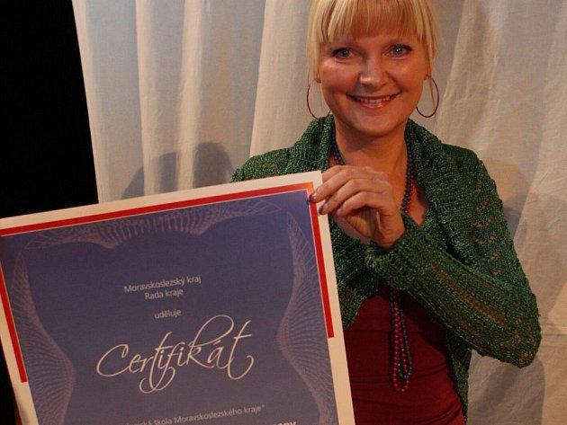 Ředitelka ZŠ a MŠ Prameny v Karviné Dagmar Glatzová s certifikátem o udělení titulu Ekologická škola Moravskoslezského kraje.